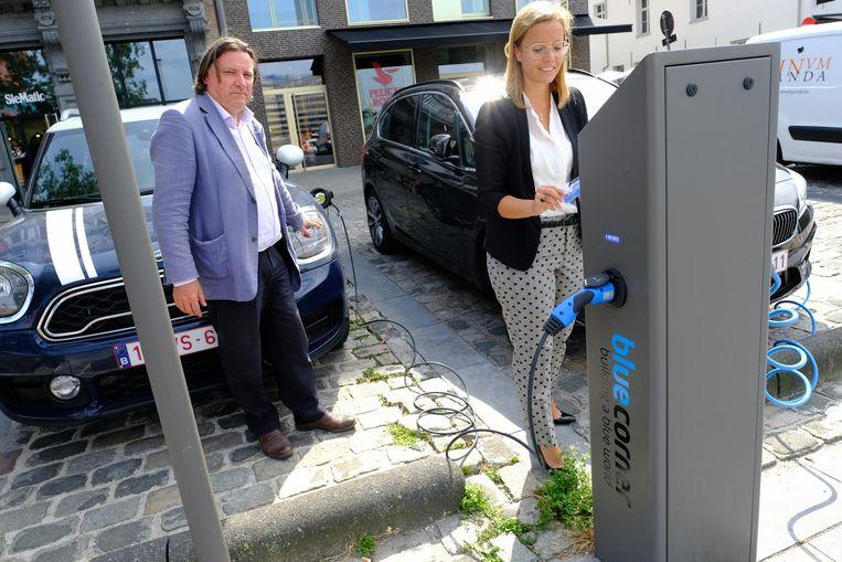 Luc Lebon van Blue Corner helpt deze automobiliste bij het opladen van haar elektrische wagen. Een dergelijke laadpaal komt ook in de Jan Welterslaan.