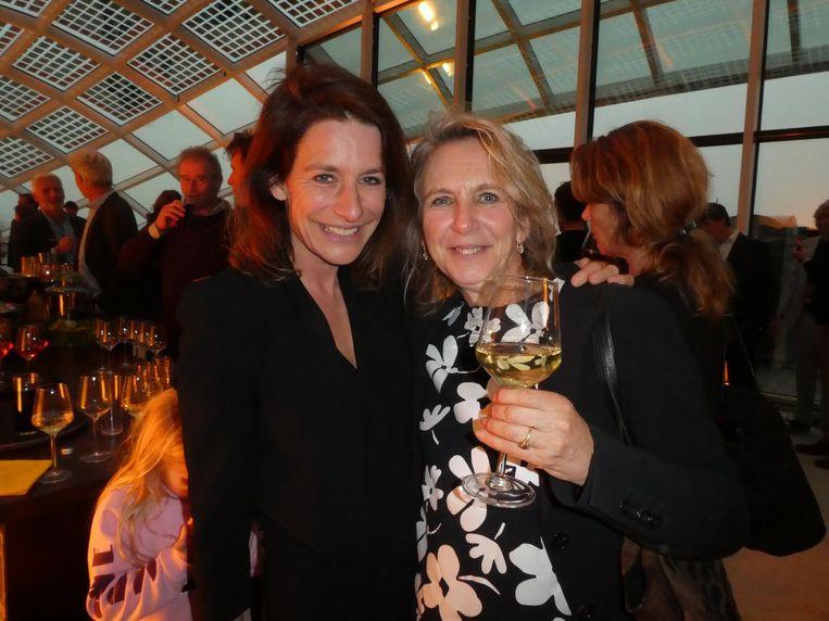 Vrouw en zus: journalist Machteld Vos en Sigrid Sijthoff, die momenteel een boek schrijft over netjes, gecontroleerd drinken. O? Beeld Hans van der Beek