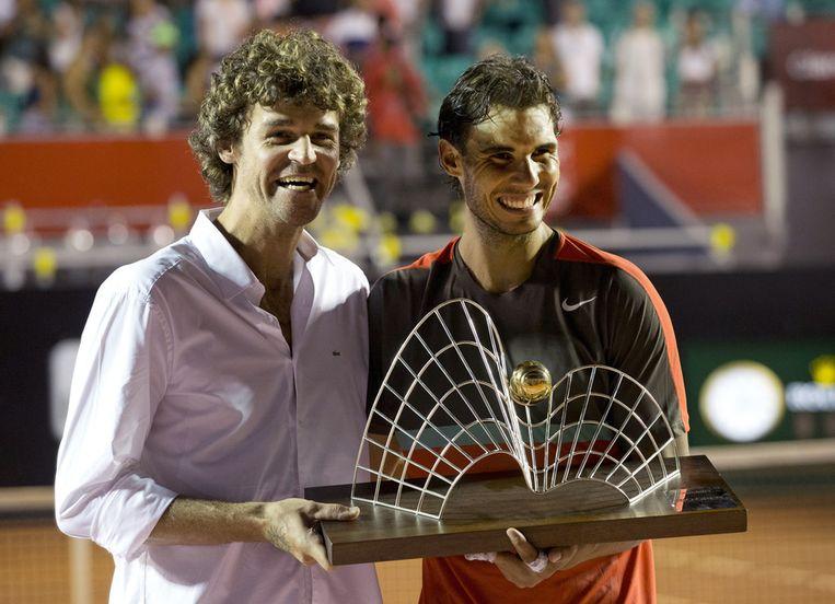 Guga Kuerten ging met Rafael Nadal op de foto na overhandiging van de trofee. Beeld AP