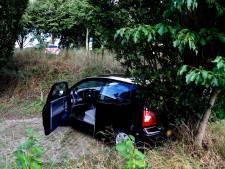 Vrouw rijdt met auto achteruit heuvel af in Linden