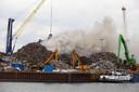 De brand ontstond in een schroothoop op het industrieterrein in Dordrecht.