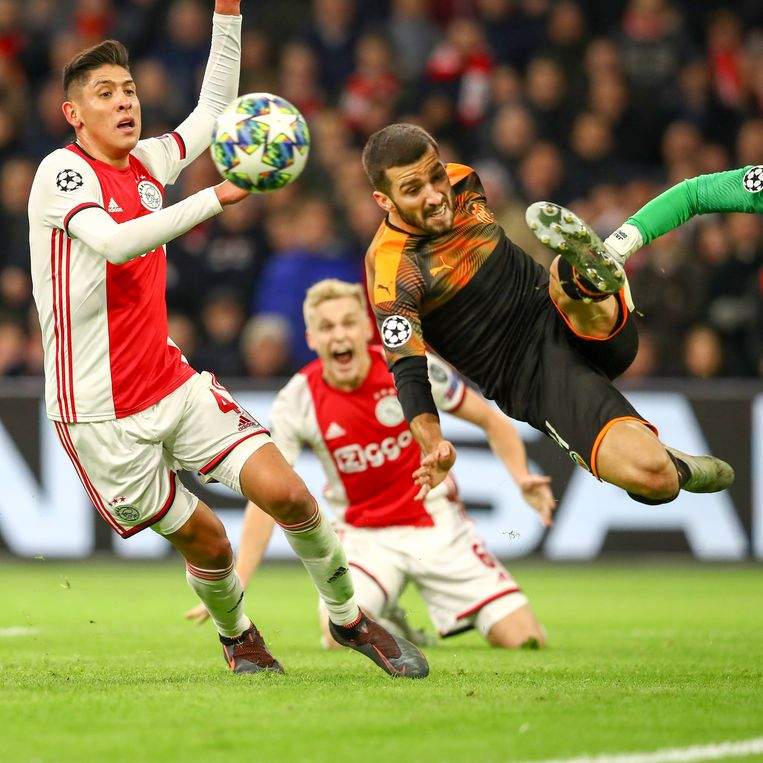 Edson Álvarez weet ook niet te scoren tegen Valencia. Beeld BSR Agency/Ben Gal