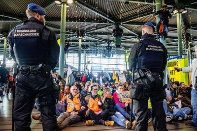 Ontruiming Schiphol begonnen: Greenpeace-activisten afgevoerd