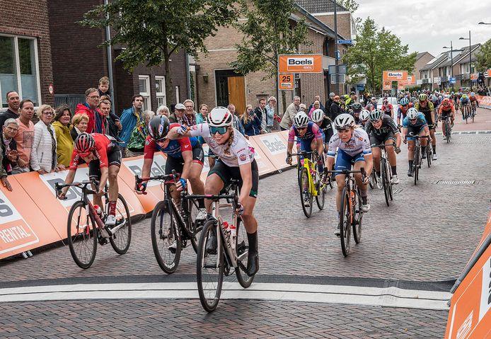 De etappe in Gennep in 2019. Lorena Wiebes wint in de Brugstraat. Vorig jaar ging de etappekoers vanwege corona niet door.