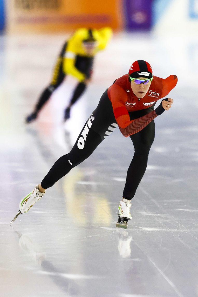 Jorien ter Mors in actie tegen Antoinette de Jong op de 1500 meter tijdens de NK Afstanden. Beeld ANP