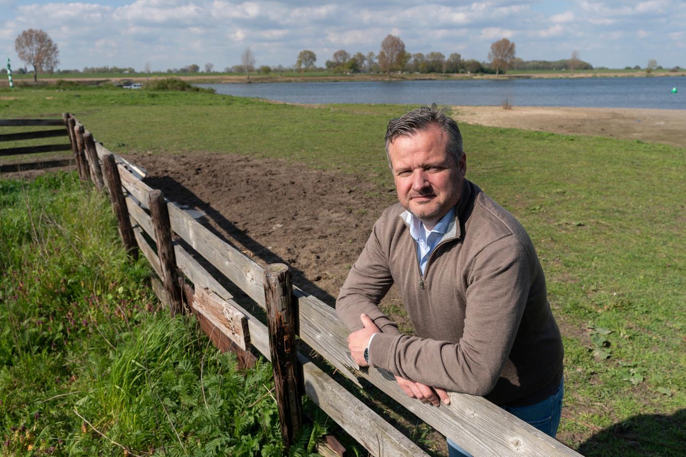 Rein de Ruiter op de plek in Heusden waar de camperplaatsen komen. De aanleg is uitgesteld tot volgend jaar.
