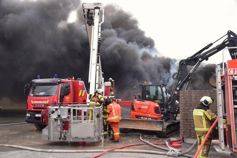 De brand in de loods van aannemer Kris Witdouck, in de Zuidhoekstraat in Sint-Eloois-Winkel, ging gepaard met een grote rookontwikkeling die tot kilometers in het rond te zien was.