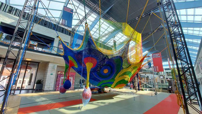 Het gigantische web wordt op de eerste verdieping van winkelcentrum K opgebouwd