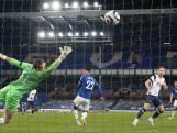 Scorende Kane hoofdschuddend van het veld bij Tottenham