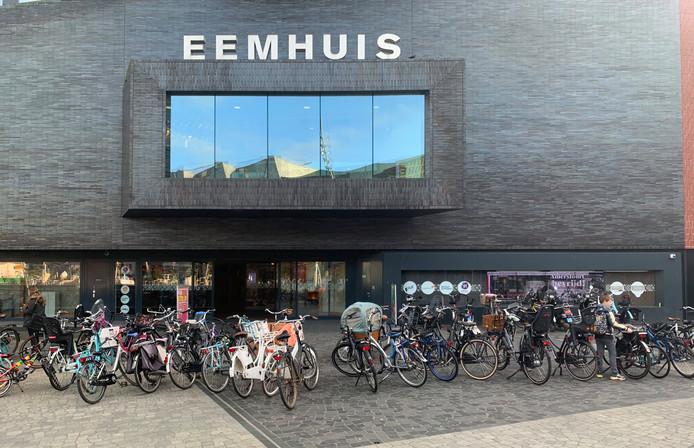 Het Eemhuis met de verkeerd gestalde fietsen ervoor.