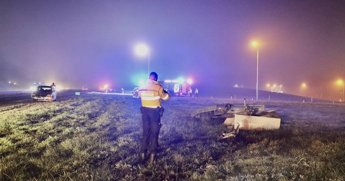 Veel schade na kop-staartbotsing op A1 bij Oldenzaal: aanhanger vernielt schakelkast Rijkswaterstaat.