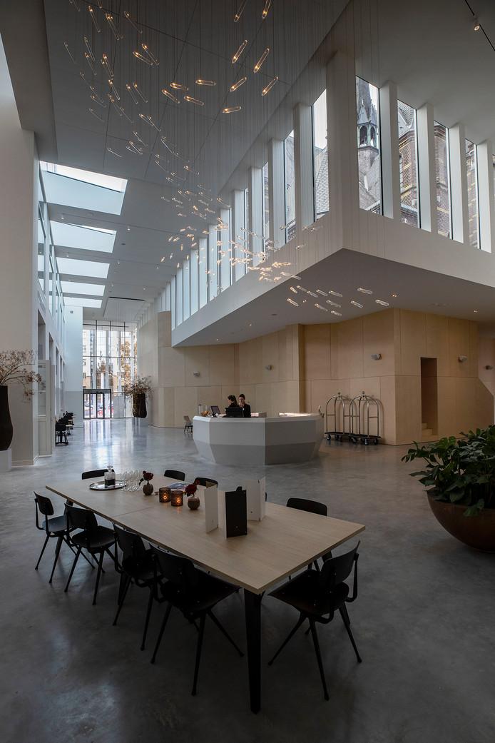 De nieuwe centrale hal van DomusDela met onder meer de balie voor alle activiteiten. Op verschillende plekken is een doorkijkje naar het oude Mariënhage.