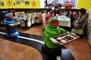Robot-obers bedienen klanten in een Chinees restaurant