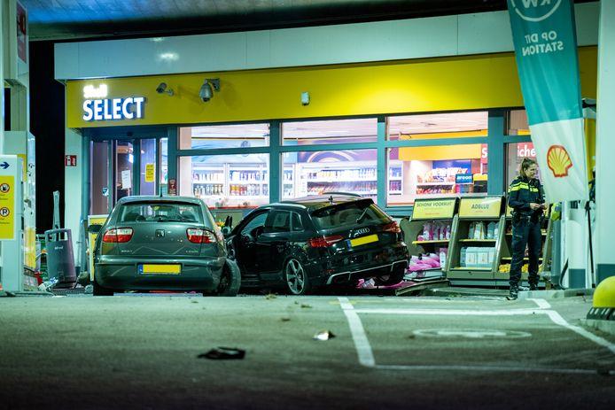 De automobilist kwam tegen de shop van het tankstation tot stilstand.