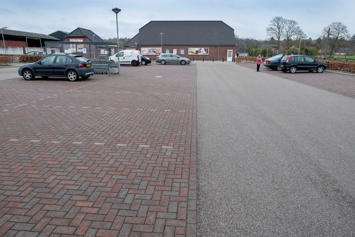 Bij supermarkt Weijers aan de grens tussen Nederland en Duitsland in Ven-Zelderheide is er nu een bijna lege parkeerplaats door de Duitse coronaregels.