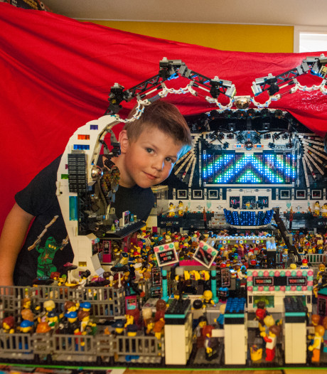 Poppodium en lichtshow van 12.000 legoblokjes