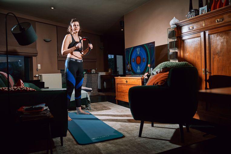 Anneleen Callens (27) speelt Ring Fit Adventure. Beeld Thomas Sweertvaegher