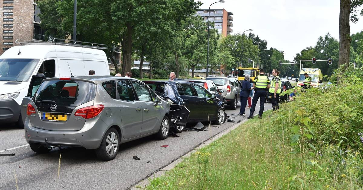 Kettingbotsing in Apeldoorn: twee gewonden en veel schade.