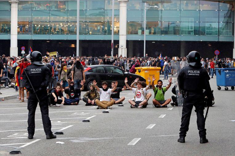 Betogers aan de luchthaven van Barcelona. Beeld EPA