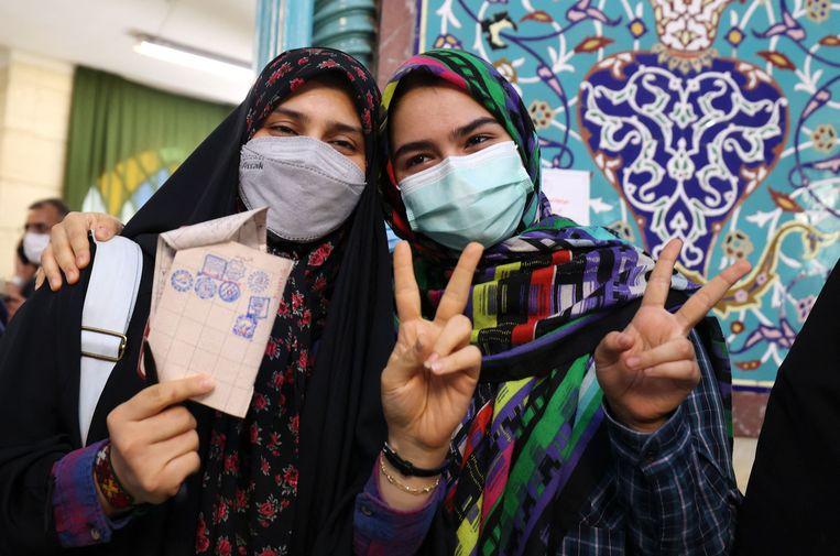 Iraanse vrouwen poseren voor een foto na hun stem.  Beeld AFP