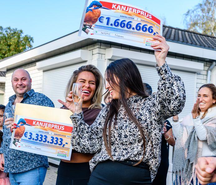 Winnaars Mario, Melody en Jolanda (vlnr) proosten op hun geldprijzen van afgelopen weekend.