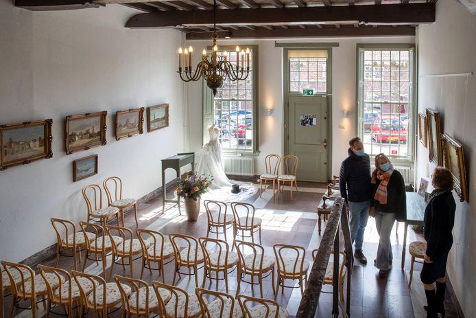 Een aanstaand bruidspaar laat zich rondleiden door museumdirecteur Maike Woldring.