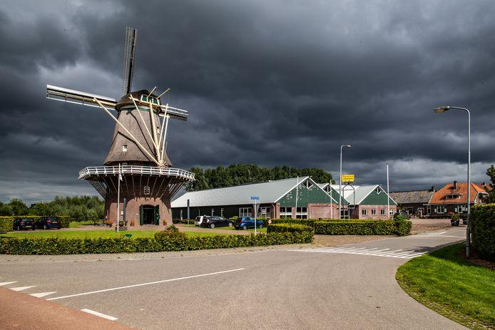 Omwonenden van de Wijkseweg in Terwolde zijn een petitie gestart om de komst van een tankstation en opslagloods met 24 te verhuren units tegen te houden. Ze vrezen voor een flinke toename van verkeer en een aantasting van hun woongenot.