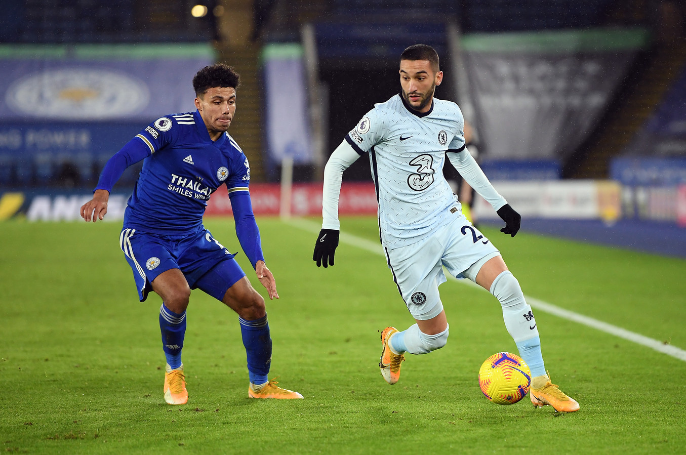 Hakim Ziyech (rechts) in duel met Leicester City's James Justin