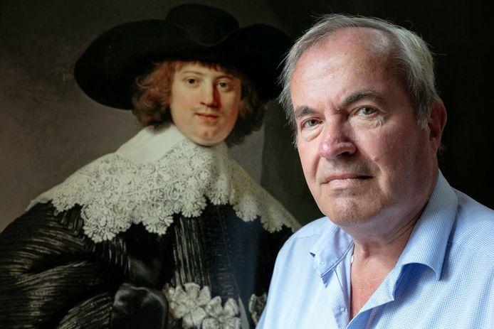 Kunstverzamelaar Roel Praagman bij een van de Rembrandt-schilderijen die door meestervervalser Geert Jan Jansen geschilderd is.