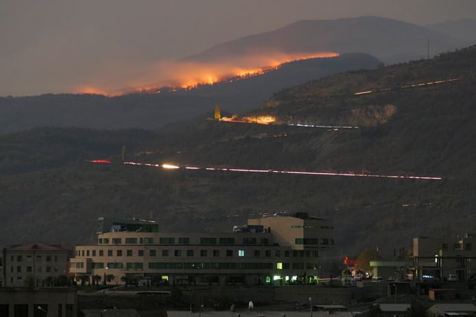 Bosbranden nadat de stad Stepanakert in Nagorno-Karabach onder vuur kwam te liggen.