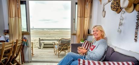 Carla (57) woont de helft van het jaar in een strandhuisje: 'Zon, zee, rust en ruimte, heerlijk!