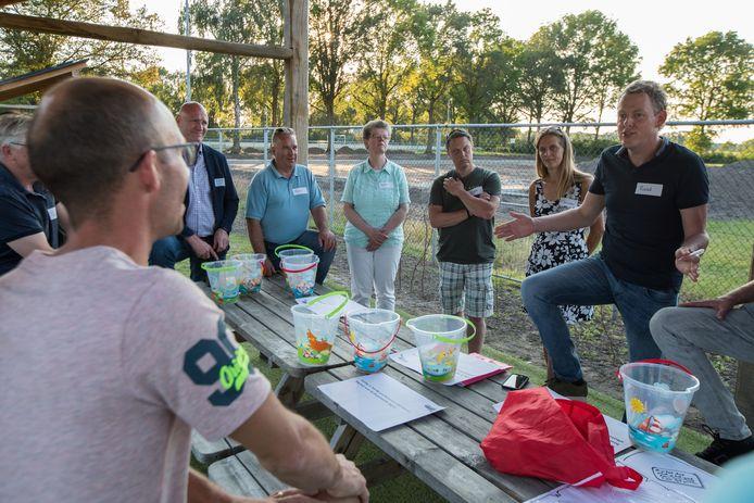 Archieffoto van afgelopen zomer, waar Heeten Begroot debatteerde bij het zwembad in Heeten over het initiatief.