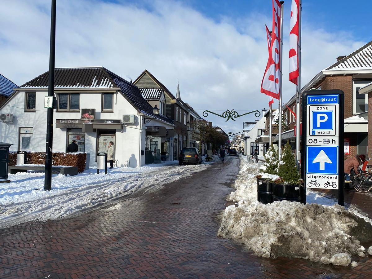 Een ingesneeuwde Langstraat in Wijhe.