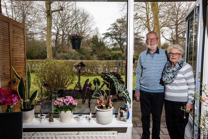 Hans en Greet Dijkers bij de tuin.
