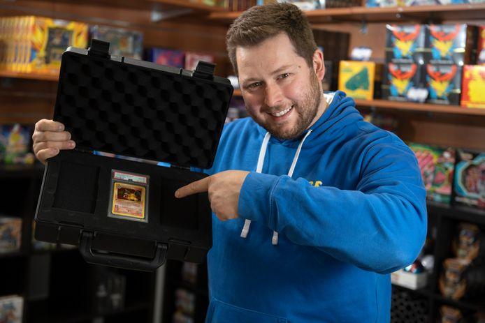 Yves Bruynen (29) met dé heilig graal der Pokémonkaarten.