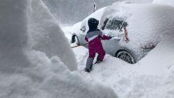 """VIDEO. """"In 80 jaar nog niet gezien, zoveel sneeuw"""": Belgen getuigen vanuit ondergesneeuwd Oostenrijk"""