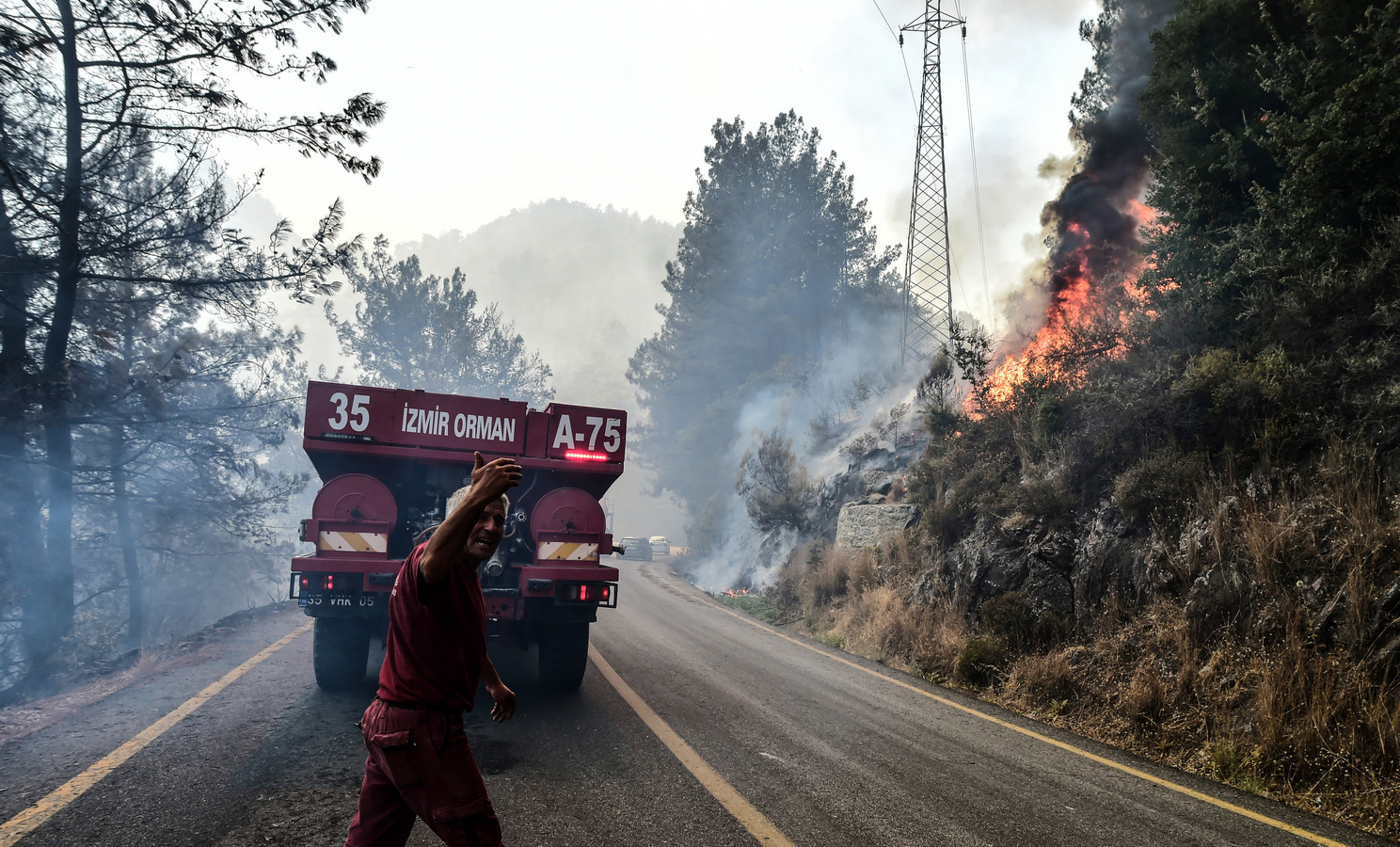 Brandweerlieden aan het werk bij Bodrum in de provincie Muğla.