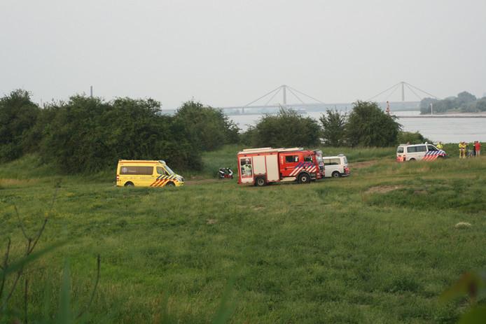Hulpdiensten zijn gearriveerd op de plek waar de 47-jarige man in de Waal bij Tiel een vrouw in nood wilde redden.