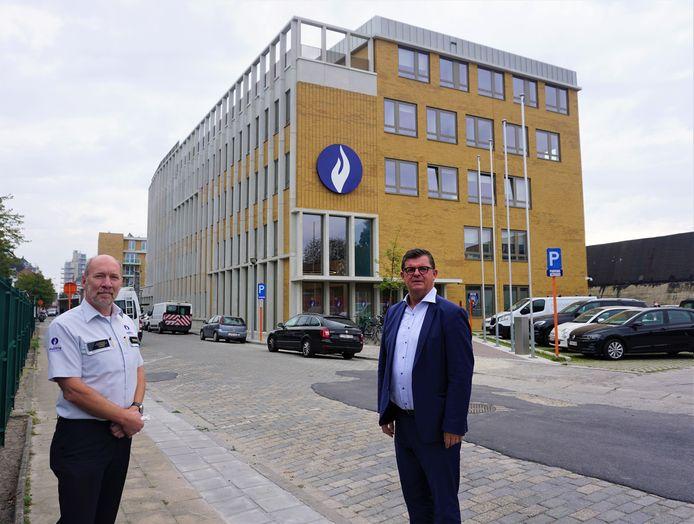 Archieffoto. Korpschef Philip Caestecker en burgemeester Bart Tommelein (Open Vld), bij de terugblik op afgelopen zomermaanden.