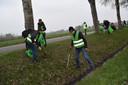 ZAPper en initiatiefnemer Pieter Rambags neemt in spreidstand de sloot langs de A58 onderhanden.