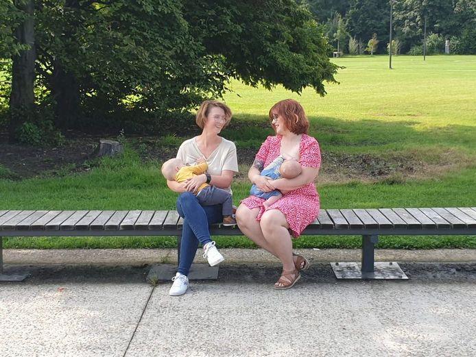 Limburgse mama's Mirte Wolfs (l.) en Ann Cuypers (r.) willen met de actie het taboe doorbreken rond borstvoeding in het openbaar.