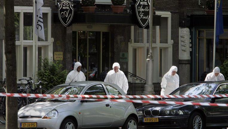 Sporenonderzoek bij het kantoor van Willem Endstra aan de Apollolaan in Amsterdam. Endstra werd in mei 2004 neergeschoten. Beeld ANP