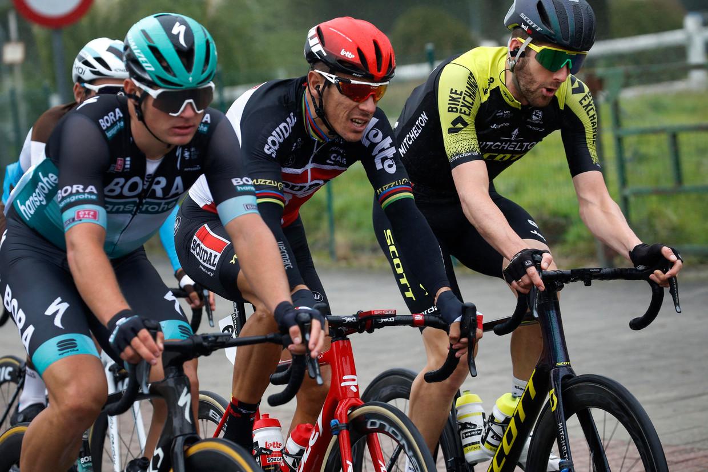 Philippe Gilbert (m.) grimast in de eerste rit van de BinckBank Tour. 'Met wat meeval is de Ronde van Spanje nog haalbaar, maar eerst volledig herstellen, dat is wat nu telt.'  Beeld Photo News