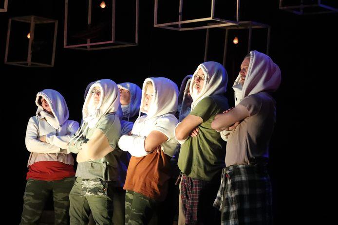 Alle spelers staan, in wisselende rollen, de hele voorstelling op het toneel.