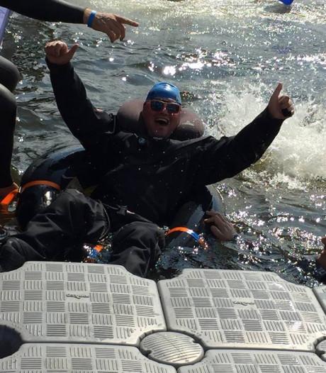 ALS-patiënt Hanno uit Wijhe doet mee aan Amsterdam City Swim, in een kano