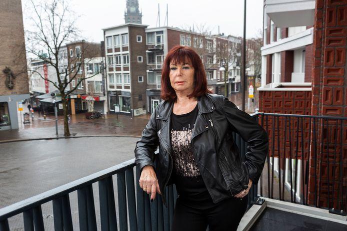 Anita Rengers, ook wel Rooie Anita van de Anita Bar, op haar balkon aan Plein 44.