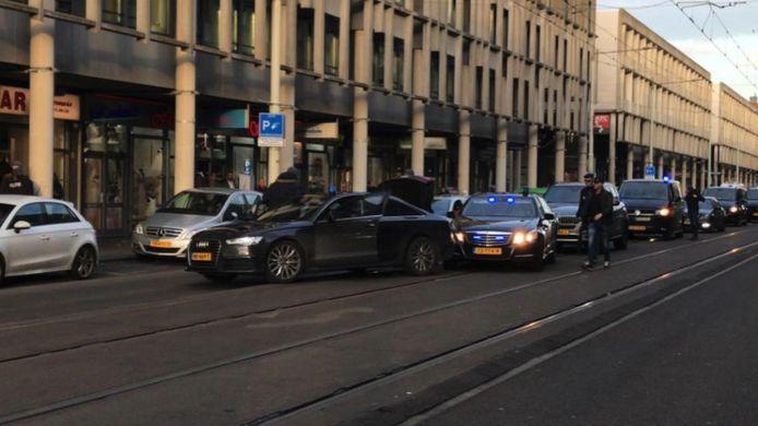 Beeld van (hoogstwaarschijnlijk) de arrestatie van een terreurverdachte, gisteren aan de Hobbemastraat in Den Haag