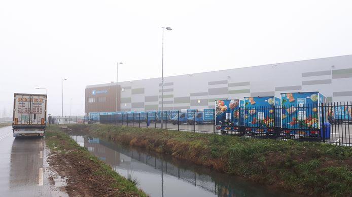 Tientallen bezorgbusjes van Albert Heijn staan werkloos bij het distributiecentrum in Oosterhout. Ze kunnen het terrein niet verlaten omdat boeren de in- en uitgangen hebben geblokkeerd.