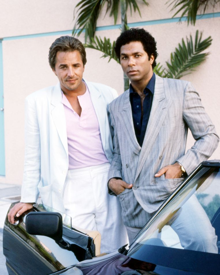 Don Johnson als detective James 'Sonny' Crockett en Philip Michael Thomas als detective Ricardo 'Rico' Tubbs in Miami Vice.  Beeld Getty Images