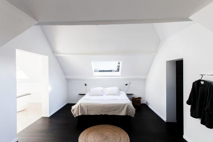 Door het dak tot in de nok open te maken, geniet het koppel van een heel ruim gevoel in de slaapkamer.